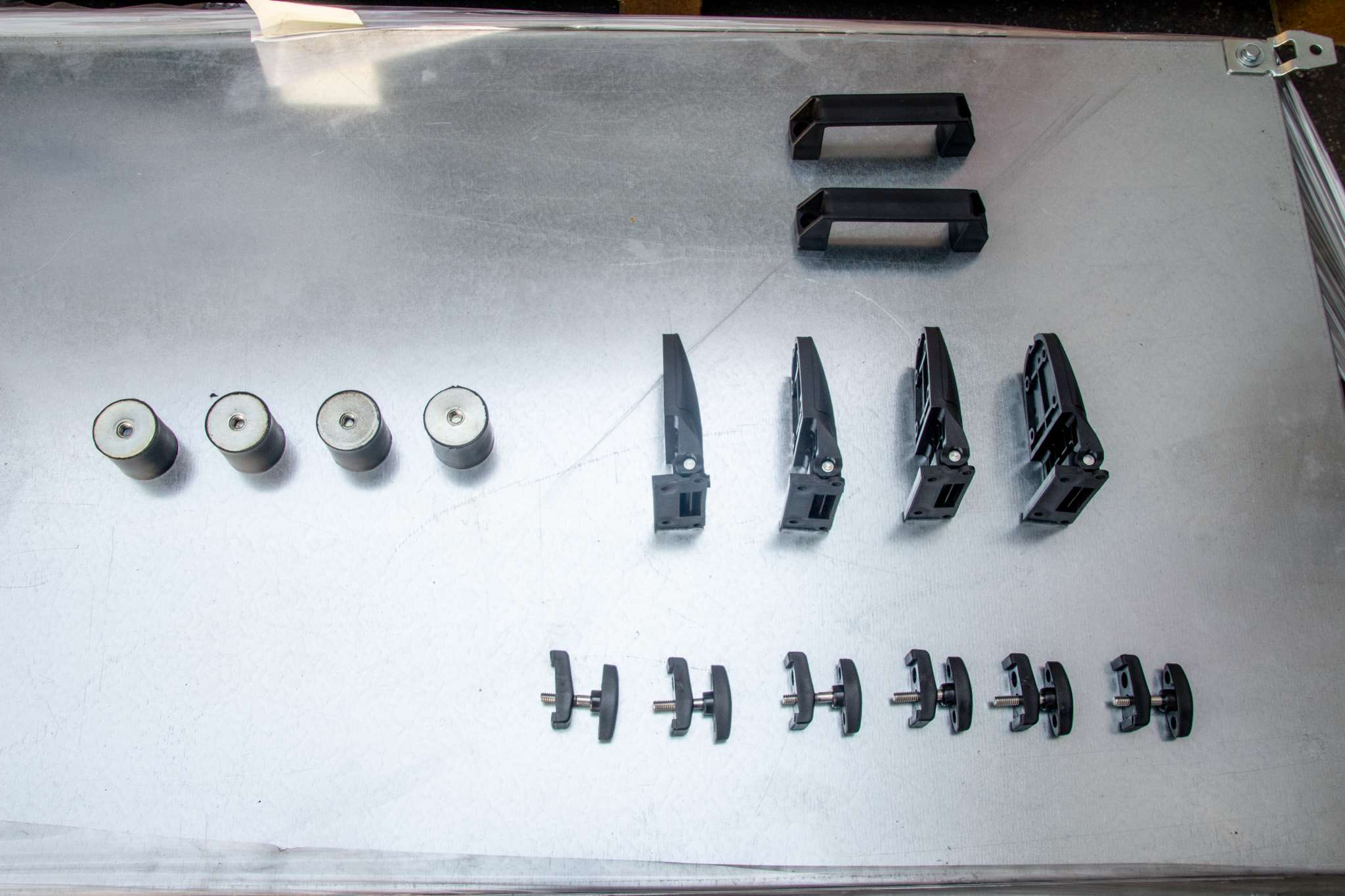 DGX Steady hinges and handles